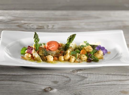 Lauwarmer Spargel-Kichererbsen Salat mit Tomaten-Estragon Eis