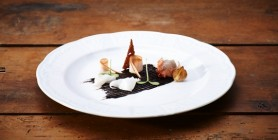 Lardo vom Mangalitza, geräucherte Hühnerbrust, Schalotten aus dem Ofen und schwarzer Knoblauchcreme