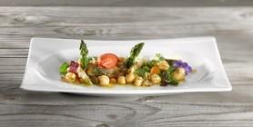 Lauwarmer Spargel-Kichererbsen-Salat und Tomaten-Estragon-Eis
