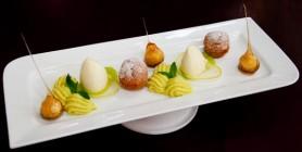Mousse von der weißen Schokolade und grünem Apfel mit gebackenem Apfelknödel